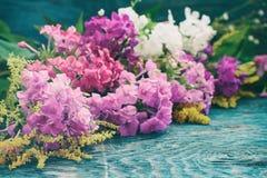 Flores do verão na mesa Imagem de Stock Royalty Free