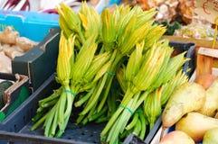 Flores do Zucchini no mercado fotos de stock
