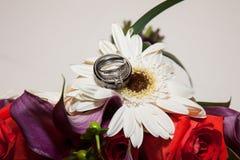 Flores e aliança de casamento Fotos de Stock