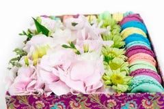 Flores e bolinho de amêndoa na caixa Foto de Stock