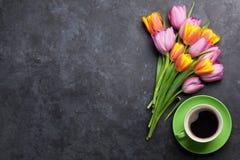 Flores e café coloridos frescos da tulipa fotografia de stock royalty free