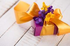 Flores e caixa de presente Imagens de Stock Royalty Free
