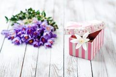 Flores e caixa de presente bonitas do açafrão no fundo de madeira Imagem de Stock Royalty Free