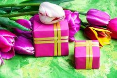 Flores e caixa de presente da mola Imagem de Stock Royalty Free