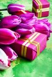 Flores e caixa de presente da mola Fotos de Stock