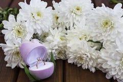 Flores e caixa de presente da mola para o 8 de março Imagens de Stock Royalty Free