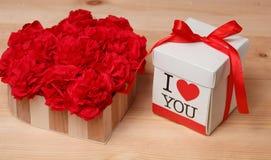 Flores e caixa do Handmaid no contexto marrom Imagem de Stock Royalty Free