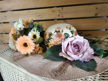 Flores e chapéu do feno Imagem de Stock Royalty Free