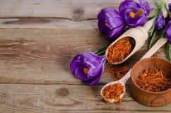 Flores e colher do açafrão com açafrão Imagens de Stock Royalty Free
