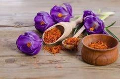 Flores e colher do açafrão com soffron Fotografia de Stock