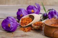 Flores e colher do açafrão com soffron Fotografia de Stock Royalty Free