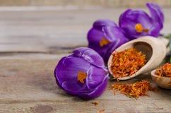 Flores e colher do açafrão com soffron Fotos de Stock