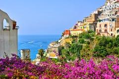 Flores e construções coloridas em Positano, costa de Amalfi, Itália imagem de stock royalty free