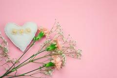flores e coração enchido do brinquedo em um espaço cor-de-rosa da cópia do fundo foto de stock