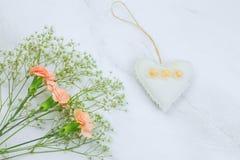 flores e coração enchido do brinquedo em um espaço de mármore da cópia do fundo fotografia de stock royalty free