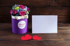Flores e corações bonitos em um fundo de madeira conception imagens de stock