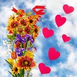 flores e corações no fundo do céu Fotografia de Stock