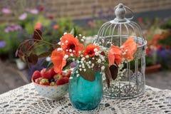 Flores e decoração exterior da tabela das bagas Imagem de Stock