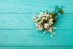 Flores e fita do laço no fundo de madeira azul Imagens de Stock Royalty Free