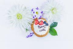 Flores e folhas com tortas do whoopie Bolo de mel cortado Vista superior Foto de Stock