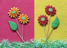 Flores e folhas do pão-de-espécie no fundo de feltro do amarelo e do rosa Foto de Stock Royalty Free
