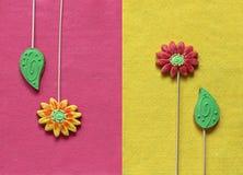 Flores e folhas do pão-de-espécie no fundo de feltro do amarelo e do rosa Fotos de Stock Royalty Free