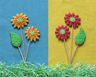 Flores e folhas do pão-de-espécie no fundo de feltro do azul e do amarelo Imagem de Stock