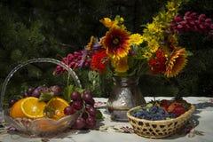 Flores e fruta Fotos de Stock