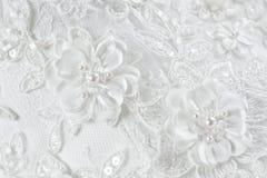Flores e grânulos em um vestido de casamento, feito a mão imagem de stock
