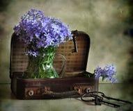 Flores e mala de viagem foto de stock