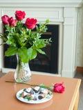 Flores e morangos românticas do ambiance foto de stock royalty free