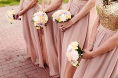 Flores e noivas nupciais do casamento fotos de stock