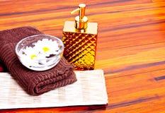 Flores e pano e uma toalha Imagem de Stock Royalty Free