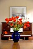 Flores e piano fotos de stock