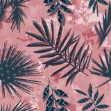 Flores e plantas exóticas tropicais com as folhas verdes da palma Foto de Stock