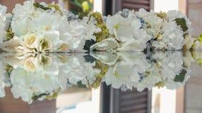 Flores e sua reflexão Fundo da flor Foto de Stock Royalty Free