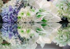 Flores e sua reflexão Fundo da flor Imagem de Stock Royalty Free