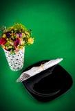 Flores e tabela de jantar Imagens de Stock