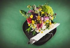 Flores e tabela de jantar Foto de Stock Royalty Free