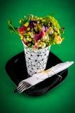 Flores e tabela de jantar Imagens de Stock Royalty Free