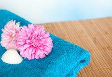 Flores e toalha Imagem de Stock