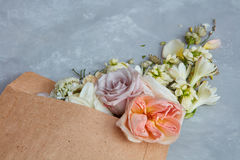 Flores e um envelope Fotos de Stock Royalty Free
