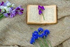 flores e um livro foto de stock