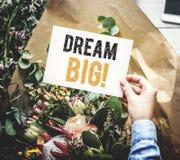 Flores e um sonho da frase grande em um cartão imagens de stock