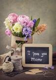 Flores e uma placa de giz fotos de stock royalty free