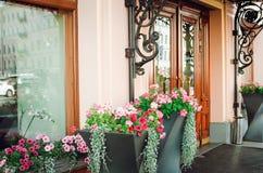 Flores em elementos da decoração do projeto Entrada belamente decorada ao café fotos de stock