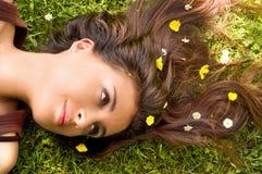 Flores em seu cabelo Fotos de Stock