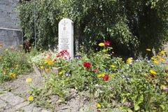 Flores em torno da pedra na memória do 13o batalhão de Lancashire Imagem de Stock Royalty Free