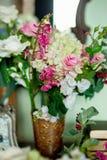 Flores em um armário imagens de stock