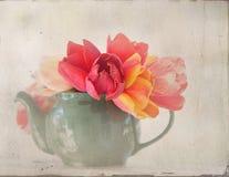 Flores em um bule imagens de stock